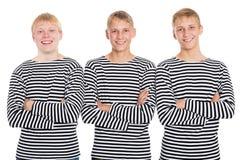 Individuos sonrientes en una camisa rayada con los brazos cruzados Fotografía de archivo libre de regalías