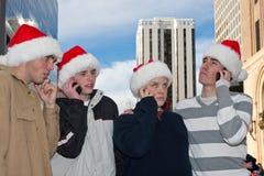 Individuos Teen-aged en los teléfonos celulares Foto de archivo libre de regalías