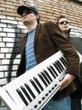 Individuos urbanos con un teclado Imágenes de archivo libres de regalías