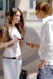 Individuos y muchachas de la reunión en la calle Fotos de archivo libres de regalías