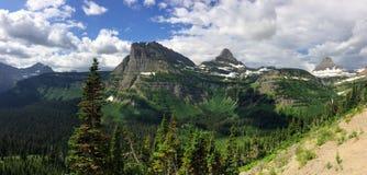 Indo à estrada de Sun, ideia da paisagem, campos de neve no parque nacional de geleira em torno de Logan Pass, lago escondido, fu imagens de stock royalty free