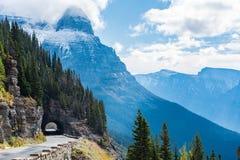Indo à estrada de Sun, parque nacional de geleira fotos de stock royalty free
