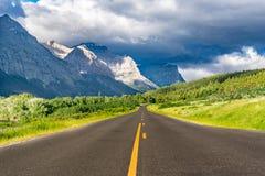 Indo à estrada de Sun, parque nacional de geleira foto de stock
