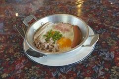 Indochina pan-gebraden ei met bovenste laagjes royalty-vrije stock afbeelding