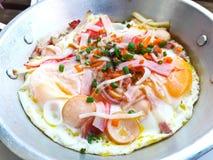 Indochina pan-gebraden ei met bovenste laagjes stock afbeeldingen