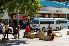 Indolentes em ruas de Joanesburgo CBD foto de stock royalty free
