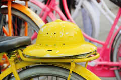 Indones cyklar för hyra i Jakarta, gul hatt. Java Indonesien. arkivbild