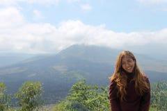 Indones som poserar i monteringen Batur i Bali Royaltyfria Bilder