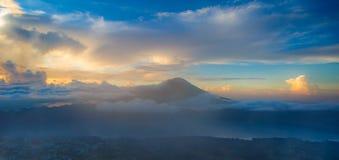 Indones Volcano Agung i den Bali ön royaltyfri foto