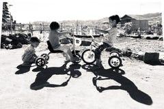 INDONESIË, BALI - AUGUSTUS 2014: Een groep niet geïdentificeerde kinderen speelt op hun fiets De kinderen van onontwikkelde lande stock afbeeldingen