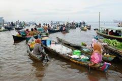 Indonesië - het drijven markt in Banjarmasin stock afbeeldingen