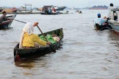Indonesië - het drijven markt in Banjarmasin stock afbeelding