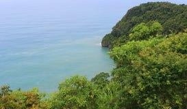Indonesië: Mening van overzees en bomen in Aceh Stock Afbeelding