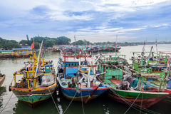 Indonesiër die traditionele botenoverzees vissen Stock Foto's