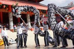 indonesia El funcionamiento de Lion Dance durante la celebración china del Año Nuevo Foto de archivo
