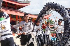 indonesia El funcionamiento de Lion Dance durante la celebración china del Año Nuevo Fotos de archivo