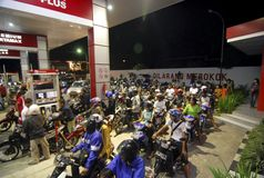 INDONESIA FUEL PRICE ANOTHER RAISE. A fuel line on a gas station in Solo, Java, Indonesia. The Indonesian government silently raise widely used low octane fuel Royalty Free Stock Photos