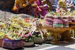 Indonesia. Regalos a dioses en un día de fiesta religioso Fotos de archivo libres de regalías