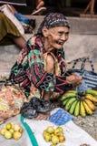 Indonesia: retrato del vendedor mayor del mercado Foto de archivo