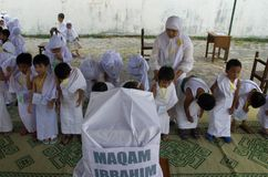 INDONESIAN MUSLIM CHILDREN HAJJ PILGRIMAGE TRAINING Stock Photos