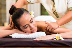 Indonesian woman wellness massage in spa Royalty Free Stock Photography