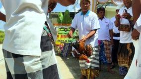 Indonesien, Bali, am 30. April 2018 - der Balinesepriester, der Ritual durchführen, der Mann und die Frau beten auf Zeremonie und stock footage