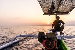 Indonesien Bali 10 10 2015 hav för soluppgång för fartyg för infödda bali män trä Royaltyfria Foton