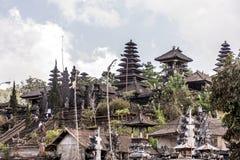 Indonesien Bali 09 10 2015 lokala personer på Pura besakih fostrar templet under stor ceremoni Royaltyfria Bilder