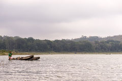 Indonesien Bali 10 10 lokalt folk 2015 för kanufartyg på djungeln vid sjön Tamblingan Arkivbilder