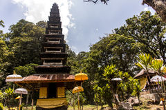 Indonesien Bali tempel av lokalt folk i djungel vid sjön Tamblingan Royaltyfri Fotografi