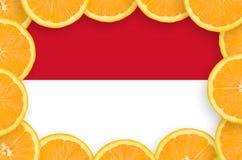 Indonesien flagga i ny citrusfruktskivaram royaltyfria foton