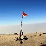 Indonesien flagga på överkanten av det Semeru berget Royaltyfri Foto