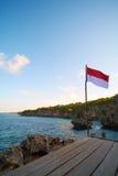 Indonesien-Flagge, die an aparallang Klippen aufgestellt wird Stockfoto