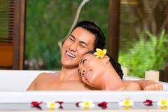 Indonesisch paar die wellnessbad in kuuroord hebben stock afbeelding