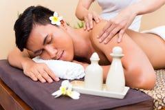 Indonesische Aziatische mens bij wellnessmassage Royalty-vrije Stock Afbeeldingen
