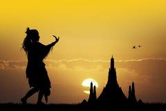 Indonesische dans bij zonsondergang stock illustratie
