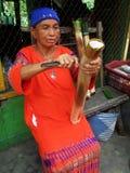 Indonesische Frau, die traditionelle Mahlzeit Papiong schnitzt stockbilder