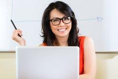 Indonesische Geschäftsfrau in der Agentur Lizenzfreie Stockbilder