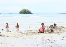 Indonesische jonge geitjes die op strand spelen Royalty-vrije Stock Foto