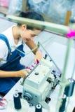 Indonesische Näherin in einer Textilfabrik Stockfotografie