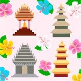 Indonesische pagode en hibiscusbloemen Royalty-vrije Stock Afbeeldingen