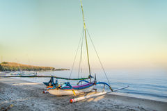 Indonesische traditionele boot in het strand van Pasir Putih, situbondo Royalty-vrije Stock Afbeelding