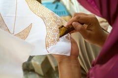 Indonesische vrouw die batikontwerp met was maken royalty-vrije stock foto
