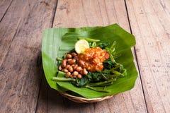 Indonesischer grüner Salat mit gebratenen Erdnüssen Lizenzfreie Stockfotografie