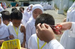 INDONESISCHES MOSLEMISCHES KINDERHadsch-PILGERFAHRT-TRAINING Stockfotos