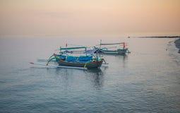 Indonesisches traditionelles Boot in Strand Pasir Putih, situbondo stockfoto