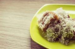 Indonesisches traditionelles Lebensmittel auf der hölzernen Tabelle Stockfotos
