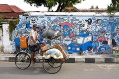 Indonesisches Trishaw gegen Straßen-Graffiti Stockbilder
