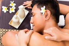 Indonesisk asiatisk man på wellnessmassagen Arkivfoto