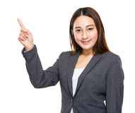 Indonesisk för affärskvinnafinger för blandat lopp punkt ut Arkivbilder